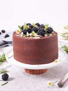 Chocolate cake with rosemary & blackberry jam – foodie. Decadent Chocolate Cake, Chocolate Frosting, Vegan Chocolate, Chocolate Recipes, Chocolate Cakes, Pineapple Coconut, Coconut Yogurt, Raw Carrot Cakes, Vegan Scones