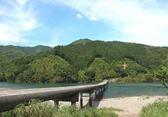 高瀬沈下橋 中村駅より車で25分。バスは江川崎行で高瀬橋下車 四万十川で3番目に長い沈下橋です。初夏のホタル見物、夏場のキャン プなどたくさんの観光客で賑わいます。