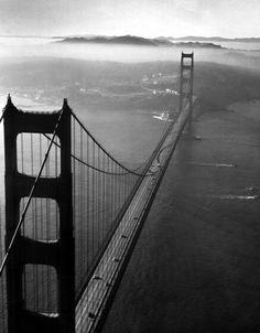 Je ziet alles van boven af, dat noem je vogelvlucht perspectief. En je ziet ook afsnijding, want de brug is afgesneden. En er is gebruik gemaakt van vervaging en verkleining, want hoe verder je naar achter gaat hoe kleiner en vervaagder het word