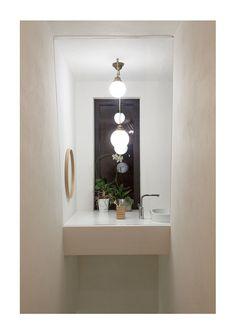 Prosklená koupelna nad schodištěm
