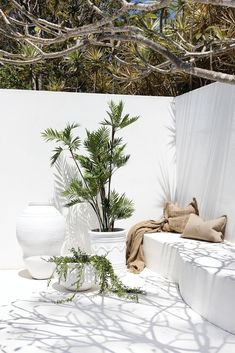 Uniqwa furniture collection's delightful range of large white outdoor pot's and . Outdoor Spaces, Outdoor Living, Outdoor Decor, Outdoor Furniture, Exterior Design, Interior And Exterior, Beton Design, Deck Lighting, Interior Decorating