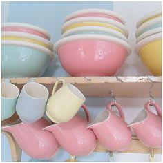 Sweet kitchen shelf with pastel crockery. Soft Colors, Pastel Colors, Soft Pastels, Pastel Photography, Pastel Kitchen, Ladybug Crafts, Pastel Palette, Mint Candy, Vintage Kitchenware