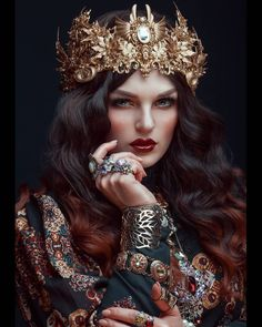 ecide to be your own queen. Gorgeous capture by with model and wearable art designer with a crown by Covet Fashion, Queen Fashion, Gothic Fashion, Fashion Details, Fashion Fashion, Fantasy Photography, Portrait Photography, Fashion Photography, Headdress