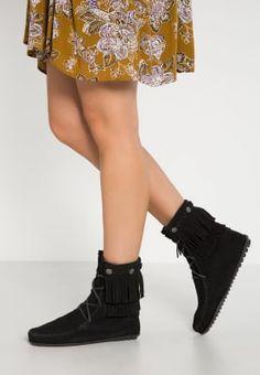 Bottines & Boots Minnetonka Bottines à lacets - black noir: 135,00 € chez Zalando (au 12/10/16). Livraison et retours gratuits et service client gratuit au 0800 915 207.
