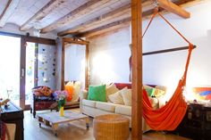 Appartement à Barcelone, Espagne. In this room there is a double bed, air-conditioning and heating. There is also a big interior window which goes into the hall of the apartment, not in the street.  The apartment itself is a re-built space on the first floor (it used to be a uphol...