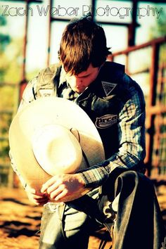 Senior bull rider praying nothing can come between a cowboy and God Rodeo Cowboys, Hot Cowboys, Real Cowboys, Senior Pics, Senior Portraits, Senior Pictures, Cute Country Boys, Country Men, Country Life