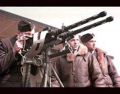 Members of the RAF learn how to operate a machine gun, circa 1940