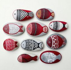 A darling school of fish hand painted by . I ❤ the intricate line work 〰🖋.Painted Rock Ideas - Do you need rock painting ideas for spreading rocks around your neighborhood or the Kindness Rocks Project?Nice fishy ones! Stone Crafts, Rock Crafts, Diy And Crafts, Arts And Crafts, Kids Crafts, Pebble Painting, Pebble Art, Stone Painting, Pebble Stone