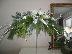 bloemstuk voor kerst , op een standaard gemaakt