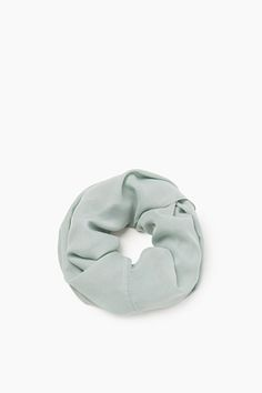 Storleksinfo:  -Bredd: ca 80 cm -Längd: ca 70 cm  Detaljer:  -Den halvtransparenta, melerade jerseyn ger en fin, diskret look: tubscarfen i oversize-modell är en mångsidig accessoar. -En liten silverfärgad logoplatta är placerad i ena kanten.