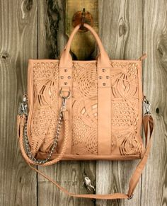 I'm usually not a very big purse person.. But I need this. @Anna Totten Totten Marie Soltren I WANT THIS ;D