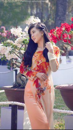 Vietnamese Traditional Dress, Traditional Dresses, Girl Photo Poses, Girl Photos, Oriental Fashion, Ao Dai, Bellisima, Asian Beauty, Fashion Art