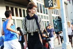Street Looks à la Fashion Week printemps-été 2015 de New York, Londres, Milan et Paris http://www.vogue.fr/mode/street-looks/diaporama/street-looks-rayures-a-la-fashion-week-printemps-ete-2015-de-new-york-londres-milan-et-paris/20664/image/1104801