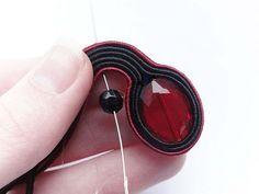 Soutache Tutorial, Swarovski, Soutache Earrings, Fabric Jewelry, Shibori, Earrings Handmade, Jewelry Making, Embroidery, Beads