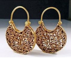 A high-karat gold Byzantine pendant earrings, 8th to 10th Century CE