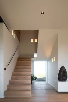 Trap in vergrijst eiken Interior Stairs, Home Interior Design, Interior Architecture, Interior And Exterior, Stairs And Doors, House Stairs, Casa Kardashian, Stair Renovation, Open Trap