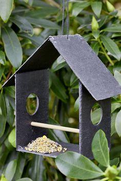 Retrouvez par ici notre tutoriel pour fabriquer une mangeoire pour les oiseaux en ardoise. Diy Jardin, Bird Feeders, Instagram, Outdoor Decor, Home Decor, Style, Craft Station, Little Things, Slate