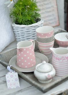 Summery table decoration in pastel- Sommerliche Tischdeko in Pastell table decoration summer pastel dots jug plate cups porcelain - Cocina Shabby Chic, Pastel Kitchen, Gris Rose, Cool Tables, Decoration Table, Cottage Chic, White Cottage, High Tea, Pastel Colors