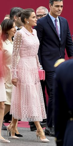 12 October 2019 - Spanish Royal Family attends Spain's National Day celebrations in Madrid - dress by Felipe Varela Fall Fashion Outfits, Mode Outfits, Dress Outfits, Fashion Dresses, Queen Fashion, Royal Fashion, Mode Kawaii, Mother Of Bride Outfits, Royal Clothing