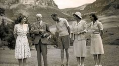 Princess Elizabeth General Jan Smuts King George VI Queen Elizabeth I (Queen Mother) and Princess Margaret stand at the foot of Table Mountain - Cape Town South Africa 1947 George Vi, Princess Elizabeth, Queen Elizabeth, Table Mountain Cape Town, Melrose House, Africa Art, Queen Mother, African History, Historical Pictures
