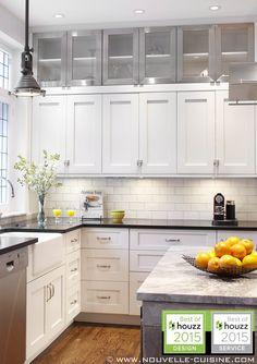 Shaker style kitchen with lacquered cabinets and quartz countertops. / Cuisine de style 'shaker' avec armoires en laque opaque et comptoirs en quartz.
