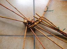 Cercle II                                                                                        démarrage panier - les mains au panier Basket Weaving, Hair Accessories, Deco, Garden Sculptures, Crochet, Projects, Crafts, Hampers, Wicker