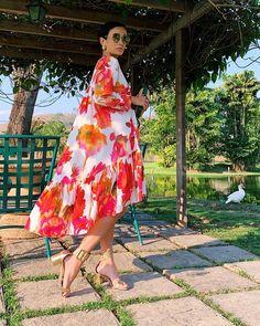 """Silvia Bussade Braz on Instagram: """"Sábados do jeito que amo 💐 Tive cia para a foto 😂 Vestido @tigoficial, quanto mais amplo e com volume, mais eu gosto! #saturdays"""" Tall Dresses, Nice Dresses, Summer Dresses, Floral Chiffon, Chiffon Dress, Silvia Braz, Dress Outfits, Fashion Outfits, Dressed To The Nines"""