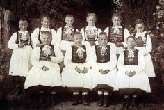 Junge Frauen aus Obereisenhausen in Hinterländer Tracht, um 1900 #Obergericht