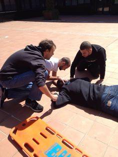 Atención a una persona precipitada desde un segundo piso, alumnos de primero