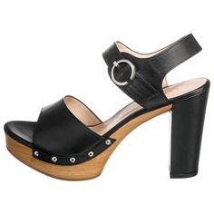 Bock auf Block! Diese trendige Sandalette mit Blockabsatz und Nieten sorgt für das perfekte rockige Outfit.