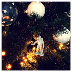 Vond deze ook grappig! Had nog een zakje grijze astronauten in een bak liggen. Schroefoogje erin gedraaid en een mooie glitter ster er  opgeplakt. ( glitter sterren Action 0,39 euro) Ik heb de smaak te pakken! Gooi van alles in de boom! Al een paar speelgoed dino's in de witte verf gezet.... www.juffrouwgans.nl