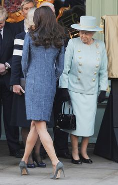 Why The Queen Was Shocked By Kate Middleton And Prince William? Princess Kate Middleton, Kate Middleton Photos, Kate Middleton Style, Camilla Duchess Of Cornwall, Duchess Of Cambridge, Lady Diana, Kate And Meghan, Family Picture Outfits, British Royal Families