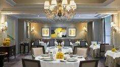 Das Restaurant L'Abeille im Pariser Hotel Shangri-La Restaurant Paris, Restaurant Lighting, Paris Restaurants, Paris Hotels, Romantic Restaurants, Hotel Paris, Shangri La Paris, Shangri La Hotel, Restaurant Furniture