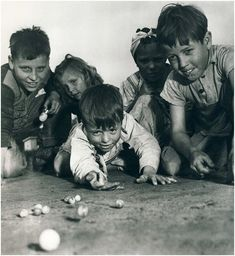 In the days before cellphones, the internet, and the like, we children had to learn how to make our fun. Remember playing like these retro kids? Vintage Pictures, Old Pictures, Old Photos, Childhood Games, Childhood Memories, Kids Computer, Photo Vintage, The Good Old Days, Vintage Photographs