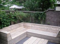 Love this self-made bench and table Garden Sofa, Garden Furniture, Built In Garden Seating, Small Yard Landscaping, Backyard Buildings, Outdoor Furniture Plans, Outdoor Living, Outdoor Decor, Outdoor Settings