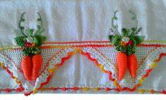Guardanapo em sacaria de primeira linha (próprio para panos de prato)  44x74cm de tamanho (sem o crochê,pois varia em cada modelo) Bico e cenouras feito em crochê e bordado a mão Prazo de entrega a combinar R$ 35,90