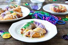 Easy Mini King Cakes for Mardi Gras using Pillsbury cinnamon rolls Yummy Treats, Delicious Desserts, Sweet Treats, Dessert Recipes, Yummy Food, Pillsbury Cinnamon Rolls, Cinnamon Roll Dough, King Cake Recipe, King Cakes