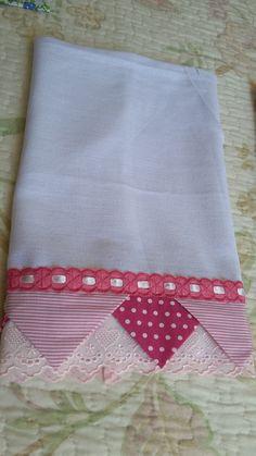 Um blog sobre trabalhos artesanais, customizações, sorteios e alguns artigos. Sewing Hacks, Sewing Crafts, Sewing Projects, Dish Towels, Tea Towels, Hand Embroidery, Embroidery Designs, Baby Girl Crib Bedding, Baby Sheets