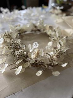 Make a contemporary Christmas wreath - From Britain with Love Dried Flower Wreaths, Dried Flowers, White Flowers, Advent, Christmas Wreaths To Make, Christmas Door, Christmas Wrapping, Christmas Ideas, Christmas Decorations