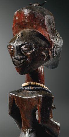 Statue janiforme, Songye, République Démocratique du Congo SONGYE JANIFORM FIGURE, DEMOCRATIC REPUBLIC OF THE CONGO haut. 58 cm 22 4/5 in