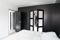 Walk in closet med svarte dører fra Swedoor Tall Cabinet Storage, Locker Storage, Steel Doors, Garden Gates, Walk In Closet, Wooden Doors, Door Design, Garage Doors, Loft