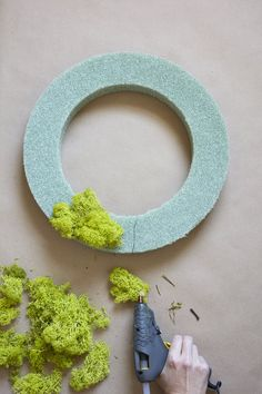 This gorgeous wreath perfectly straddles summer and fall, and is super easy to make Moss Wall Art, Moss Art, Diy Wall Art, Moss Wreath, Diy Wreath, Plant Wall, Plant Decor, Moss Decor, Plant Crafts