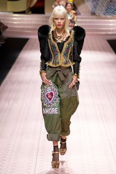 Dolce & Gabbana Spring 2019 Ready-to-Wear Collection - Vogue Military Style Embroidered pants. Style Haute Couture, Couture Fashion, Runway Fashion, Fashion Art, High Fashion, Fashion Design, Fashion Week 2018, Milan Fashion Weeks, Womens Fashion Stores
