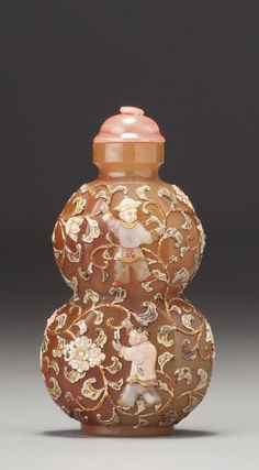 An embellished agate 'Double-Gourd' snuff bottle; The Bottle: Probably Palace Workshops, Qing Dynasty, Qianlong-Jiaqing period ; the embellishment: Tsuda Family, Kyoto, 1890-1941. Photo Sotheby's