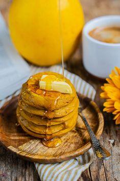 Gesunde Kürbis Pancakes vegan Mrs Flury Vegane Kürbis-Pancakes, einfach, lecker und super fluffig. Mit wenigen Zutaten, saftige und dicke Pfannkuchen, Kürbispüree, gesunde Pancakes backen, veganes Rezept #kürbispancakes #kürbis #gesunderezepte #vegan #veganbacken #mrsflury Sweet Bakery, Comfort Food, Breakfast Recipes, Sweet Tooth, Clean Eating, Sugar, Candy, Baking, Healthy