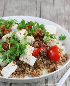 Sałatka z kaszą gryczaną i fetą. Salad with buckwheat and feta cheese. Feta, Buckwheat, Fried Rice, Cobb Salad, Lunch Box, Food And Drink, Cheese, Vegetables, Ethnic Recipes
