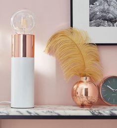 Invitez cette jolie petite lampe à poser blanche et cuivre dans votre salon ou votre chambre pour une déco romantique et féminine. Équipez-la d'une d'une belle ampoule ronde, sur fond de mur rose et de marbre elle affirmera son design épuré et raffiné. / Castorama. #lampeaposer #decorose #decocuivre #lampecuivree
