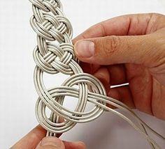 The Lost Children: Celtic knot bracelet tutorial Jewelry Crafts, Handmade Jewelry, Armband Diy, Jewelry Accessories, Jewelry Design, Bracelet Cuir, Braided Bracelets, Leather Bracelets, Diy Schmuck