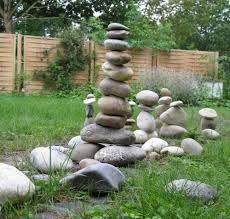 Ein schönes Gartenobjekt aus Schwemmholz und Steinen aus dem ...