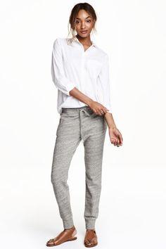 Pantaloni in felpa: Joggers in morbido tessuto felpato. Alto elastico con coulisse in vita, tasche laterali con cerniera. Alta fascia in maglina a fondo gamba.